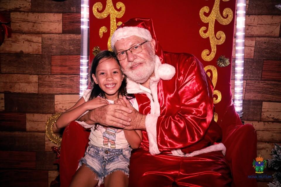 Confira fotos da chegada do Papai Noel em Nova Mutum