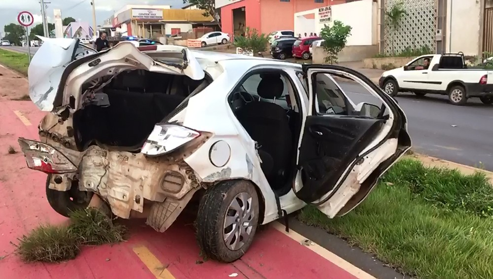 Dois homens que estavam no veículo ficaram feridos e foram levados para o pronto-socorro. — Foto: Leandro Agostini/ Centro América FM