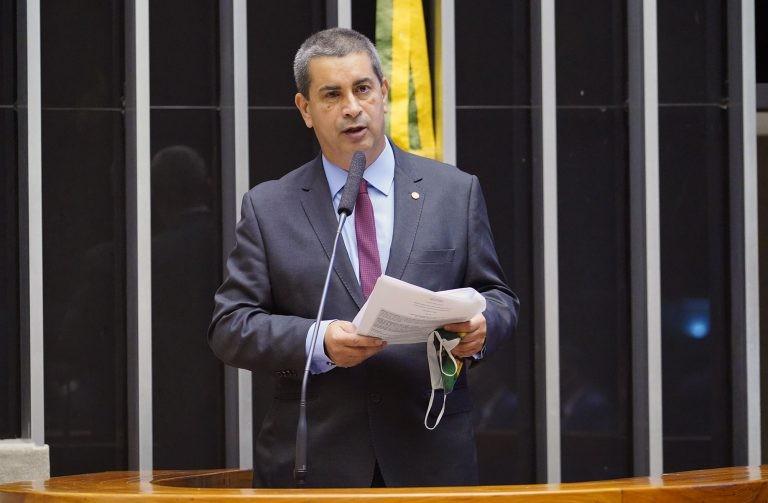 Tadeu: animal dócil e treinado não é incompatível com a segurança de voo - (Foto: Pablo Valadares/Câmara dos Deputados)