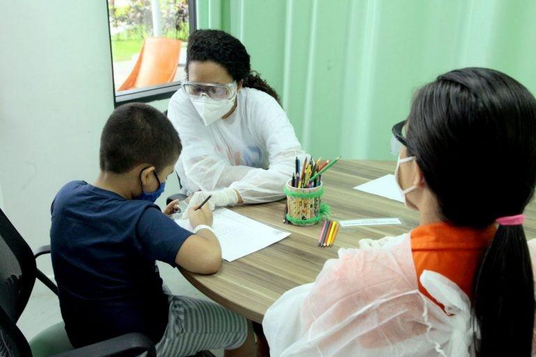 Criança com autismo é atendida por psicóloga em centro de inclusão em Belém (PA) - (Foto: Ricardo Amanajás/Agência Pará)