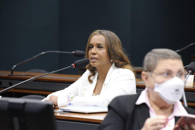 Tia Eron: proposta visa a ampliar exercício da cidadania - (Foto: Lucio Bernardo Jr. / Câmara dos Deputados)