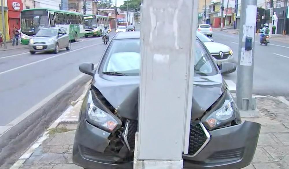 Carro foi abandonado após acidente — Foto: TVCA/Reprodução