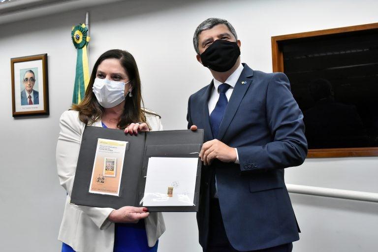 Deputada Soraya Santos e o diretor do Correios, Alex do Nascimento, durante o lançamento do selo do bicentenário - (Foto: Reila Maria/Câmara dos Deputados)