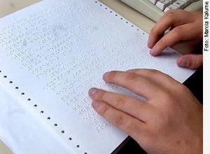 Pessoa lê texto em Braille - (Foto: Marcia Kalume/Ag. Senado)
