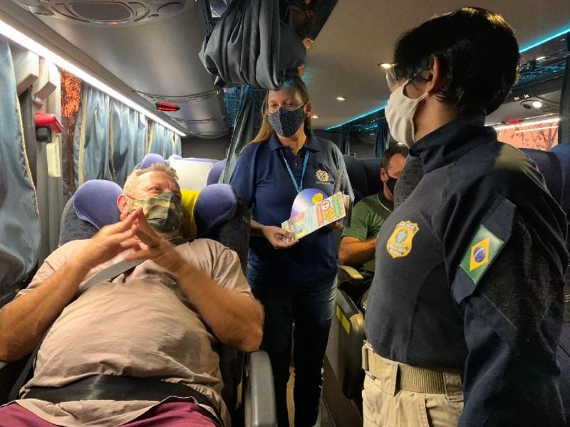 Ação educativa com passageiros de ônibus no Terminal Rodoviário de Cuiabá - Foto por: Lidiana Cuiabano/Detran-MT