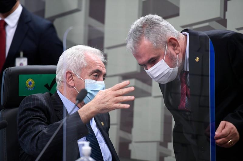 Relator do projeto, Angelo Coronel (à dir.) conversa com o presidente da comissão, Otto Alencar, na reunião - Edilson Rodrigues/Agência Senado