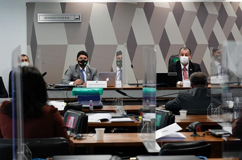 Depoimento do ministro da CGU (à esq., ao lado de Omar Aziz) teve vários momentos de confrontação - Roque de Sá/Agência Senado