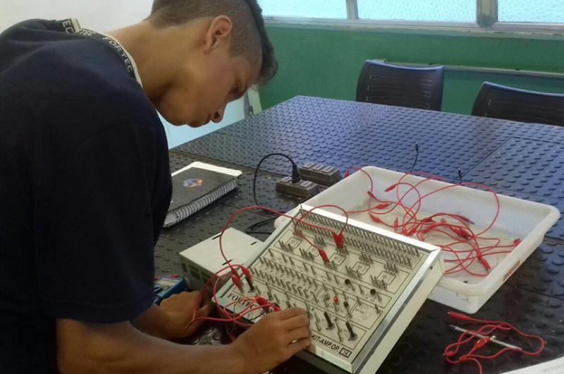 Aluno de curso técnico de mecatrônica em escola de São Paulo - Fortec