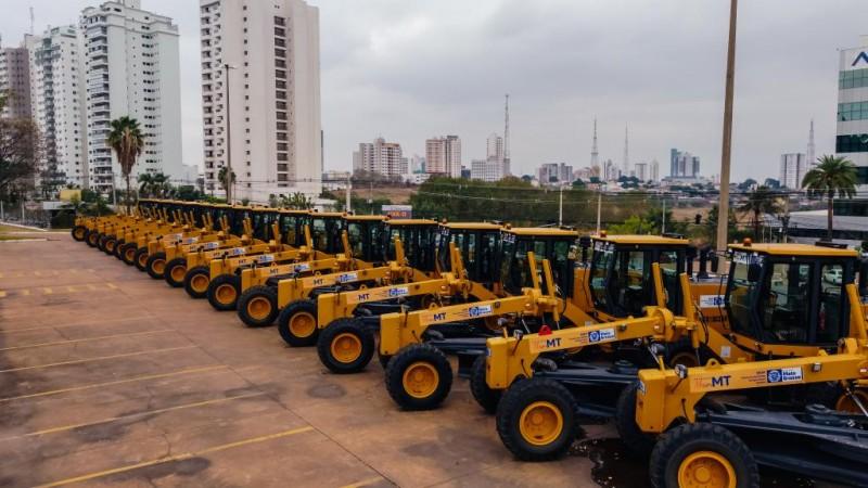 Serão entregues 54 veículos Fiat strada, 20 pick-up hilux, 29 motoniveladoras e centenas de outros equipamentos. - Foto por: Lucas Diego/ Seaf-MT