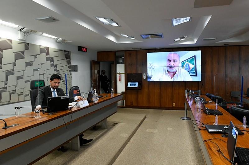 Autor do plano de trabalho, Jean Paul (no telão) fala da reunião desta quinta, presidida por Rodrigo Cunha