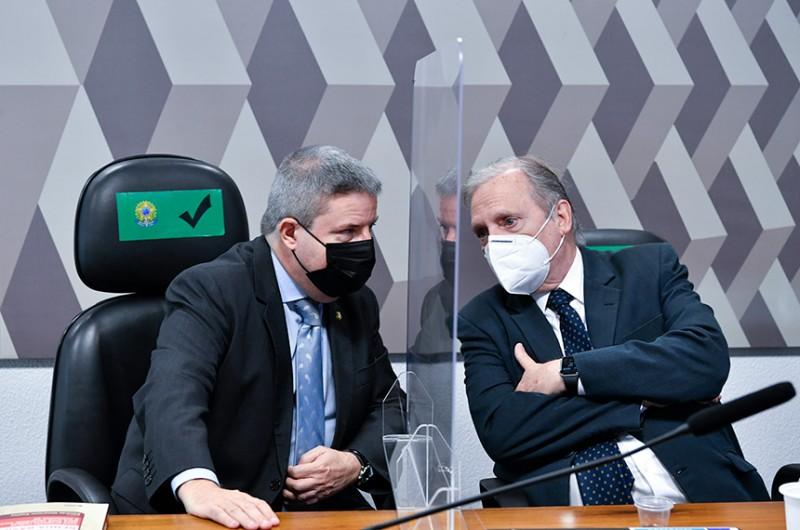 O senador Tasso Jereissati (à dir.), autor do projeto que cria Lei de Responsabilidade Social, com o relator, Antonio Anastasia - Leopoldo Silva/Agência Senado