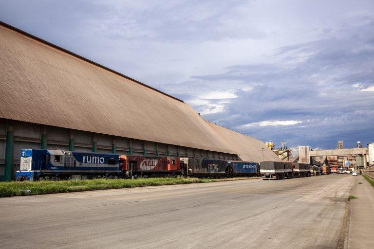 Transporte ferroviário usado no escoamento de produção - (Foto: Claudio Neves/Portos do Paraná)