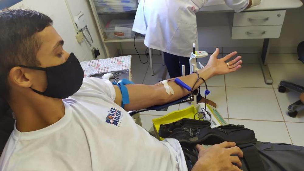 Policiais doam sangue e fazem campanha para evitar baixa em estoque do Hemocentro