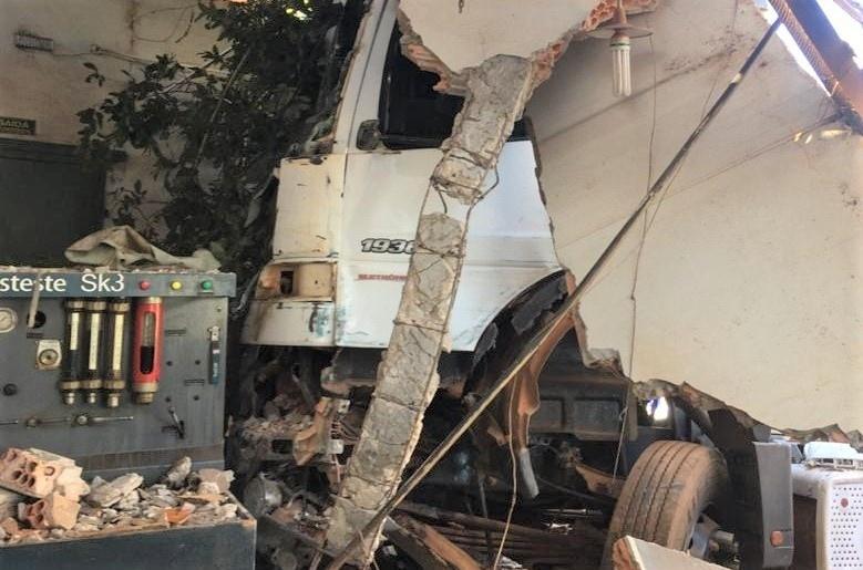 Motorista que passou mal, perdeu controle de carreta e invadiu oficina, morre em unidade hospitalar em Lucas do Rio Verde