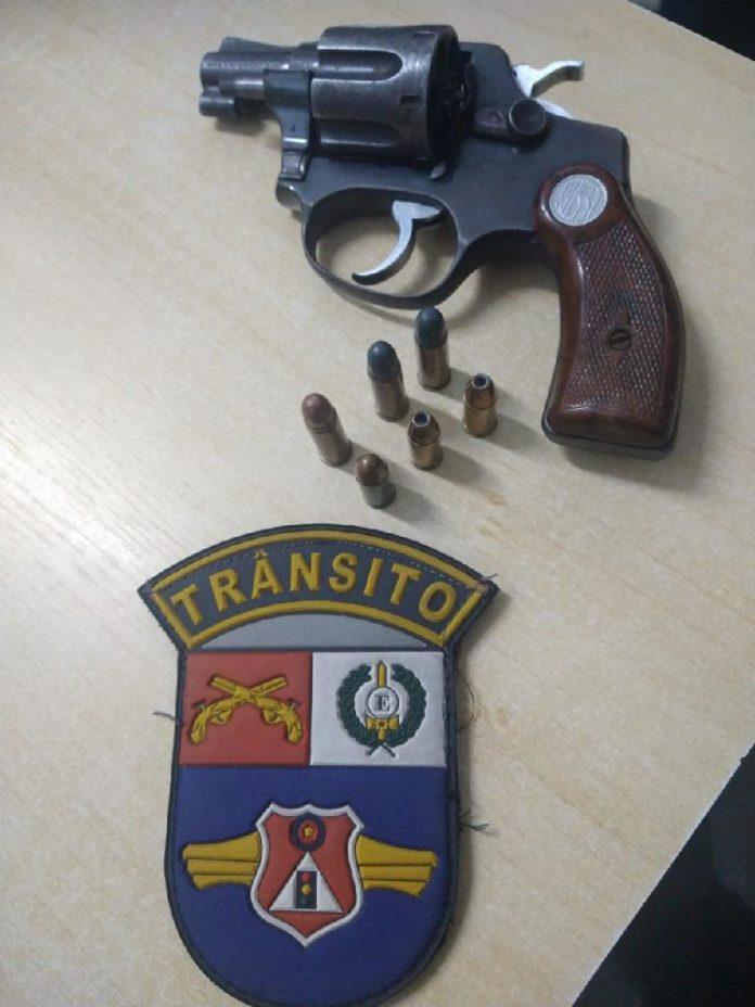 Motorista é pego pela PM com revólver e munições na zona rural da capital