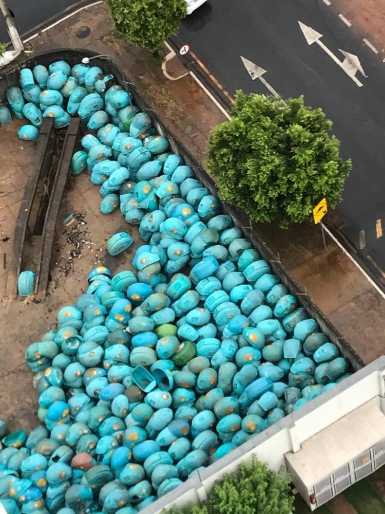 Orelhões estão amontoados em pátio de operadora de telefonia — Foto: Arquivo pessoal